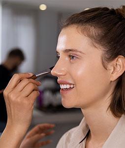 Comment camoufler des boutons d'acné avec du make-up ?